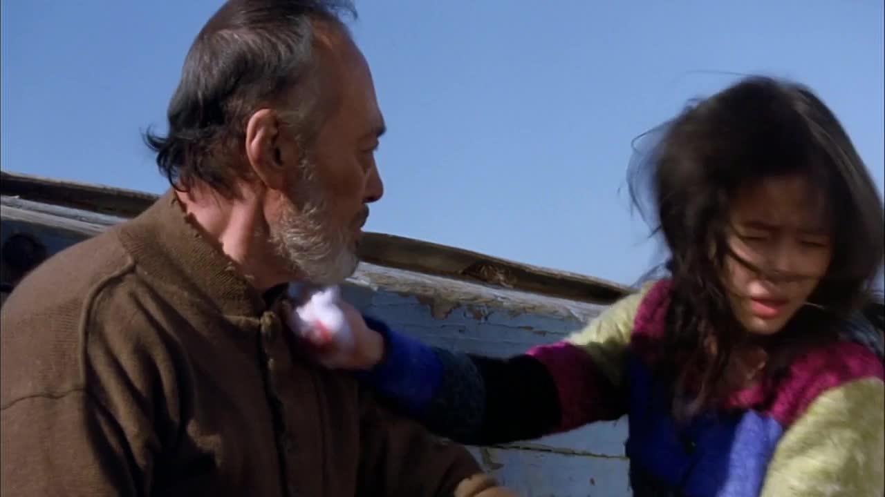 女孩帮爷爷擦脸,竟然反被打打耳光,女孩伤心欲绝的大哭