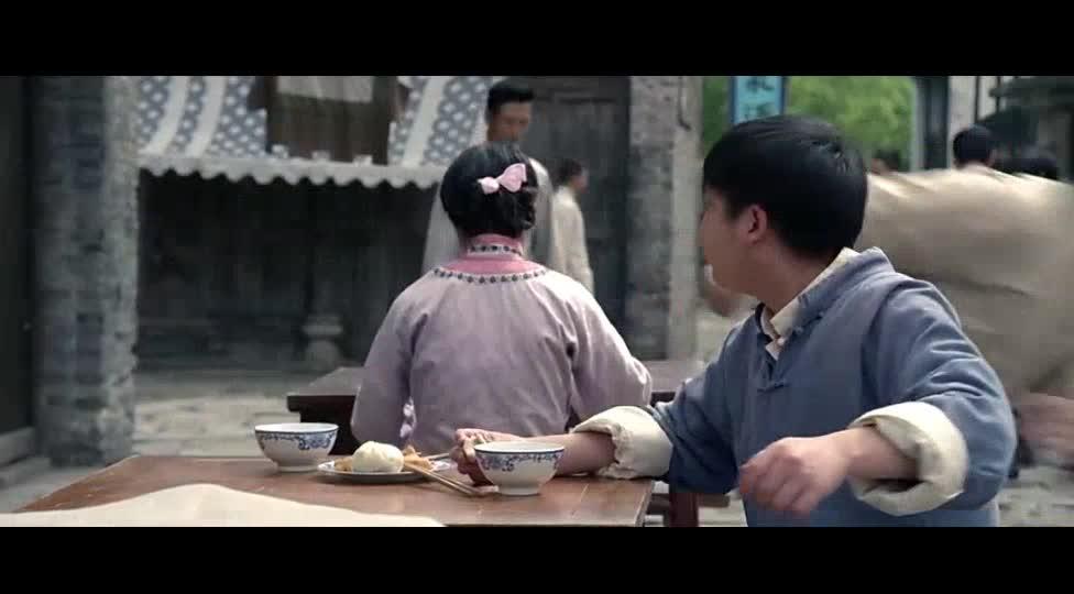 男子吃着饭搭讪露背女子,结果被打
