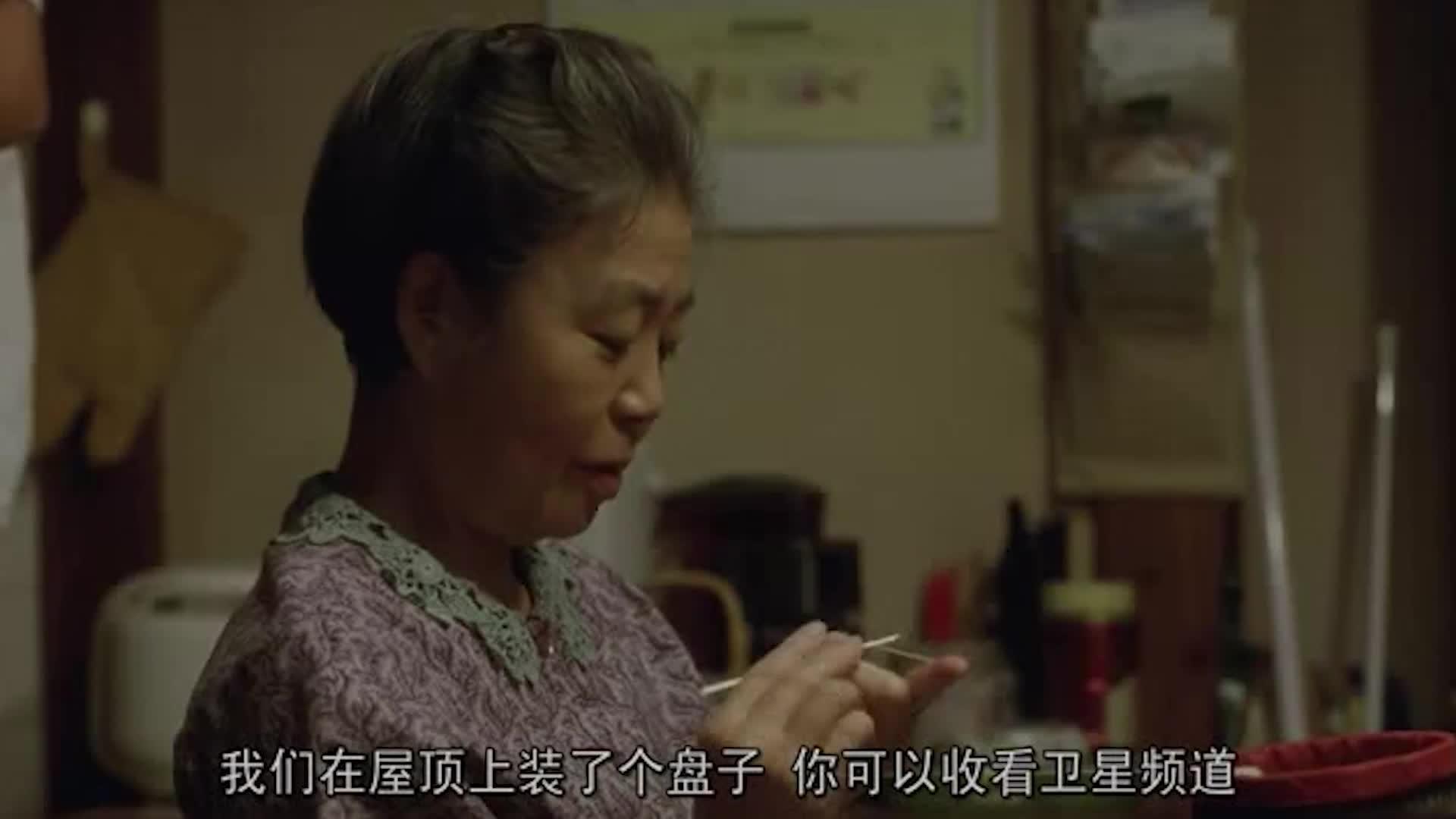 儿子给母亲钱,母亲开心坏了,从儿子那里领津贴