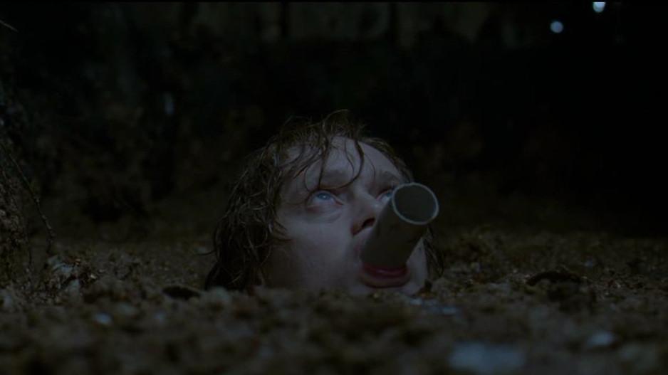 #惊悚看电影#男子为了躲避追杀,被迫躲进粪坑,太恶心了!