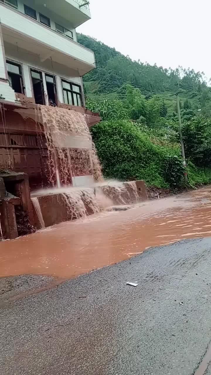 #瀑布#刚盖的别墅,就这样成了瀑布,心都在滴血!