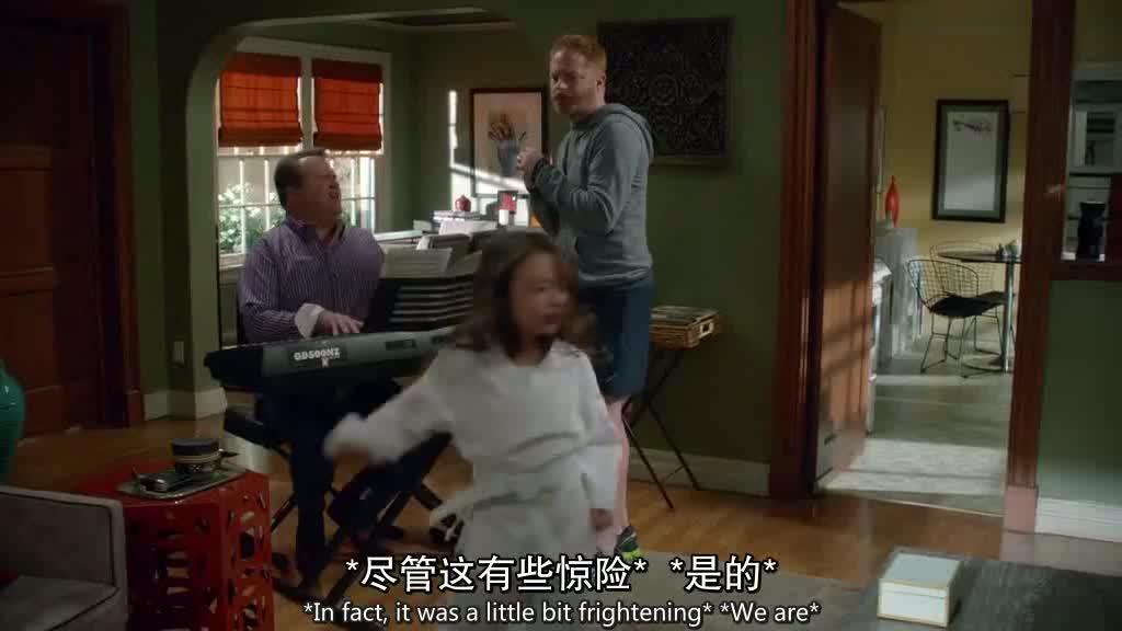 男子在家弹钢琴,女儿没有在唱歌,男子对伴侣生气