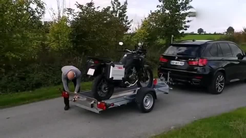 宝马牌的小拖车?摩托车运输专用,纯机械,无电动设计