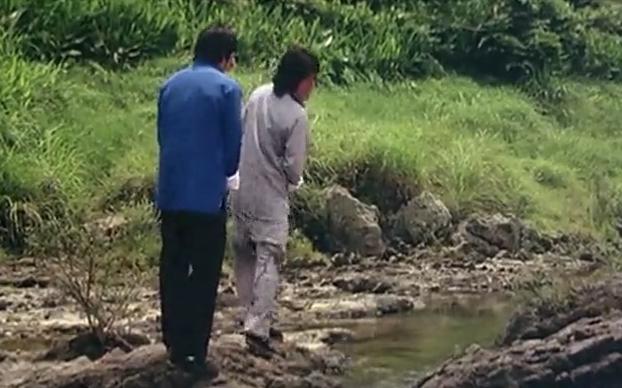 美女在河边洗衣服,只是捡个衣服而已,把河边的小伙吓跑了
