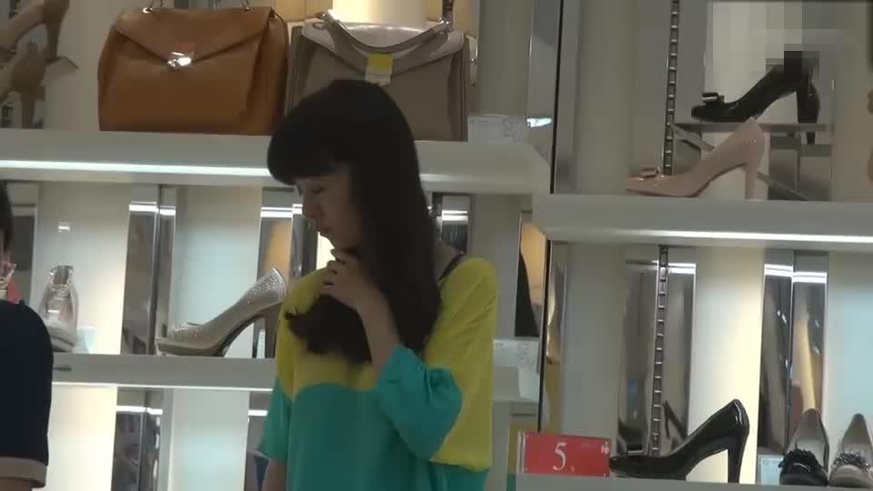 美女在买鞋