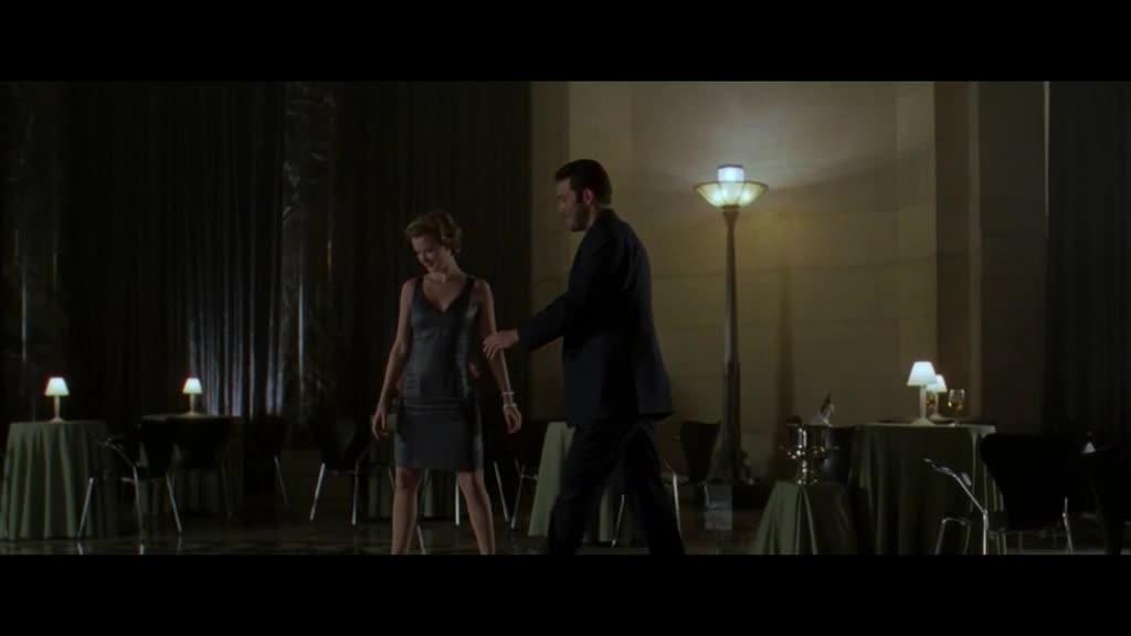小伙来到高级餐厅,偶遇美女,两人仅仅几秒钟就产生了感情