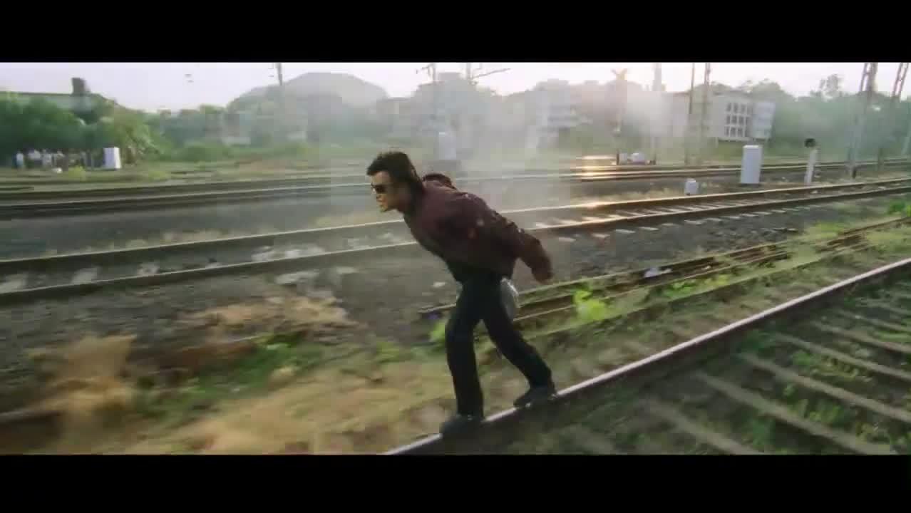 #经典看电影#美女被混混为难,机器人一看脚底生轮在铁轨上滑,可滑的比火车还快