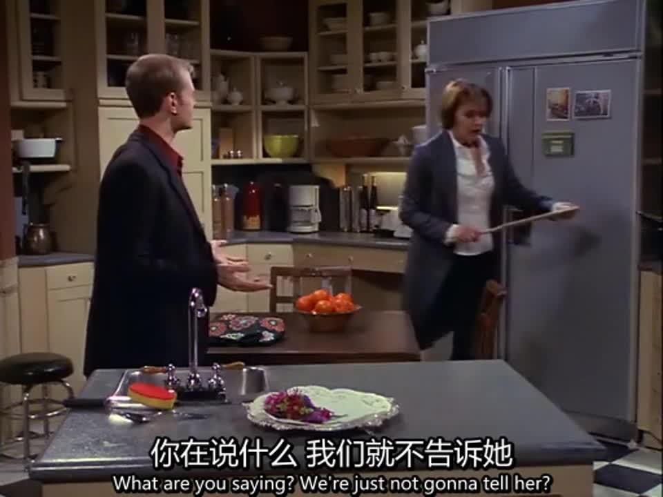 男子和女子在厨房里争吵,女子认为她的母亲很保守,男子却不认同