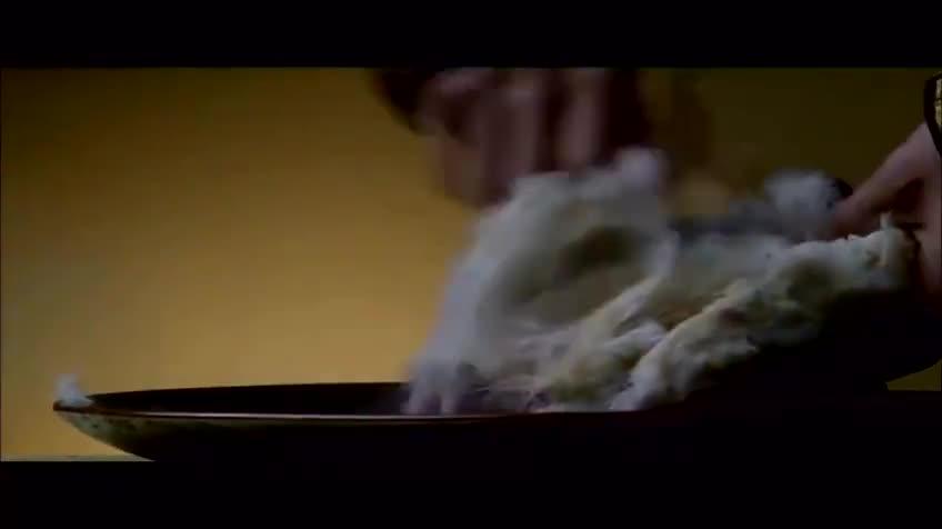 一老厨师烹饪的熊掌, 现场的人看得都合不上嘴