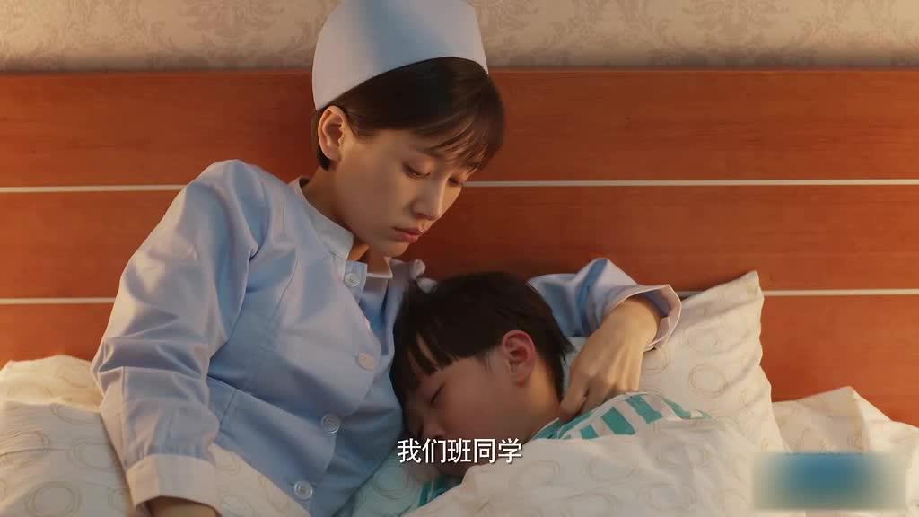 护士好尽职尽责,还抱小孩睡觉