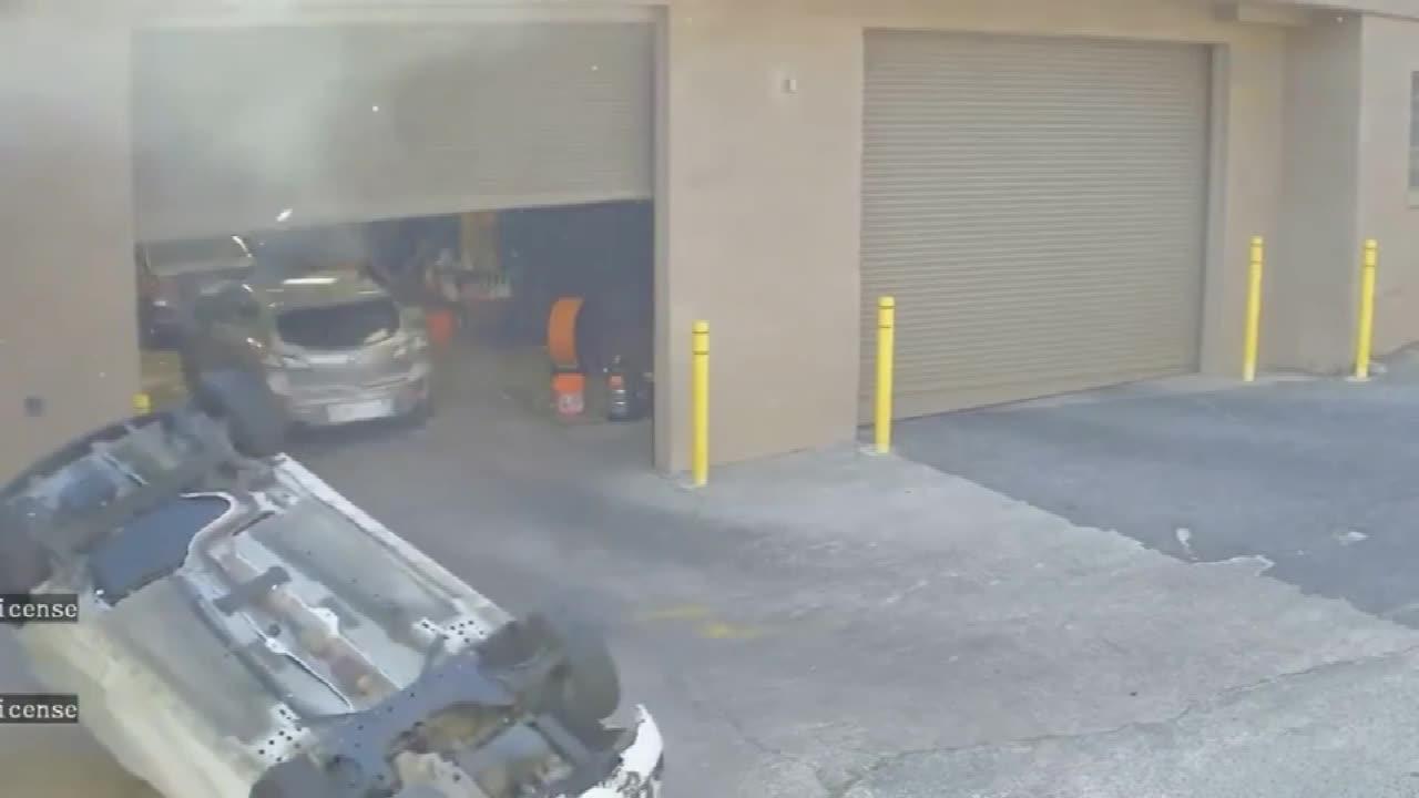 汽修工正在干活, 房顶上突然掉下一辆汽车, 这是送货上门?