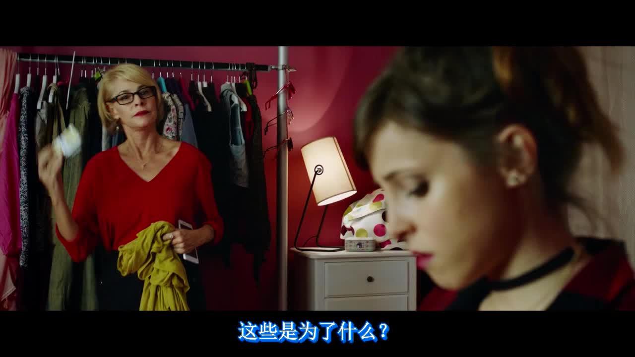 美女要出门聚会,妈妈帮忙收拾衣服,发现惊天避孕套