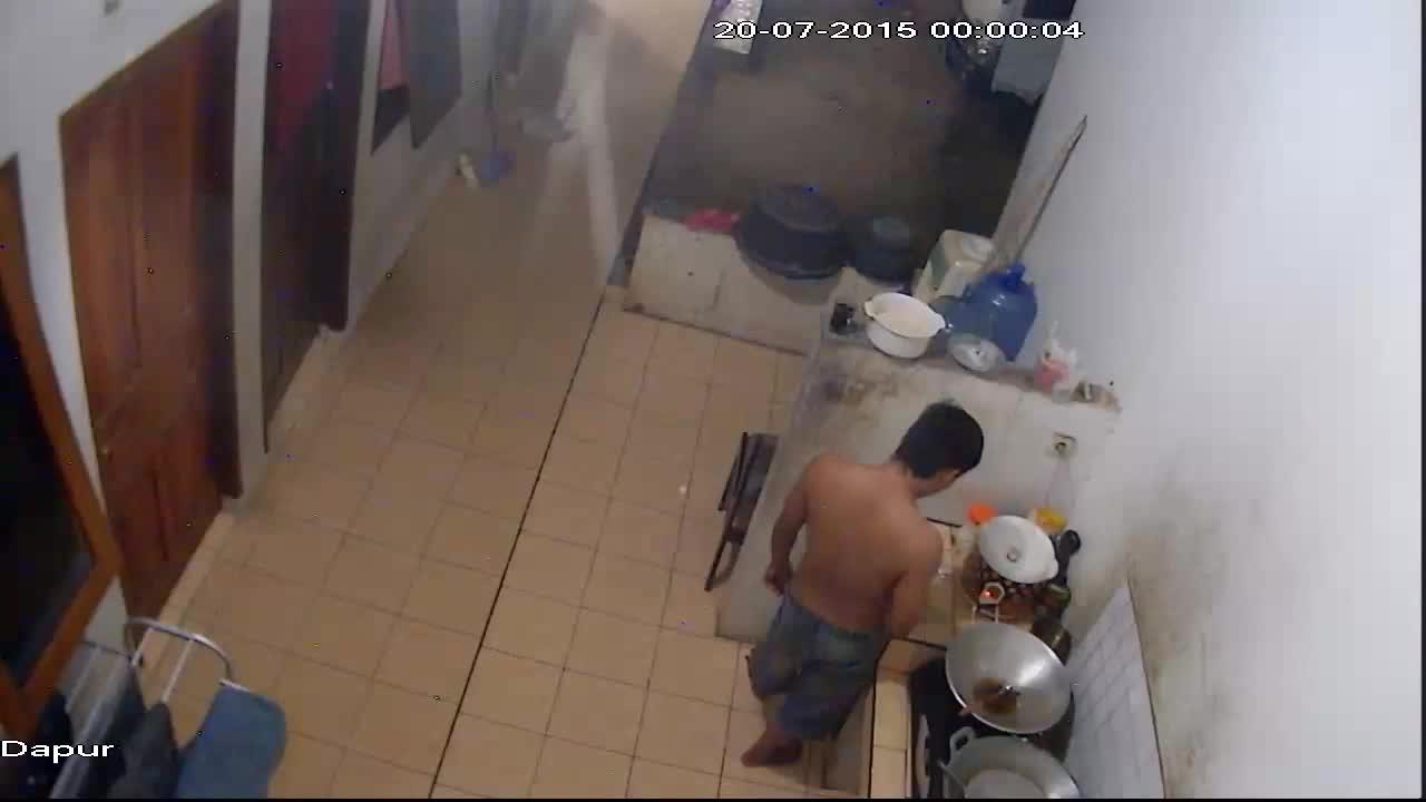 一男子在厨房做饭菜, 诡异的幽灵出现, 结果!