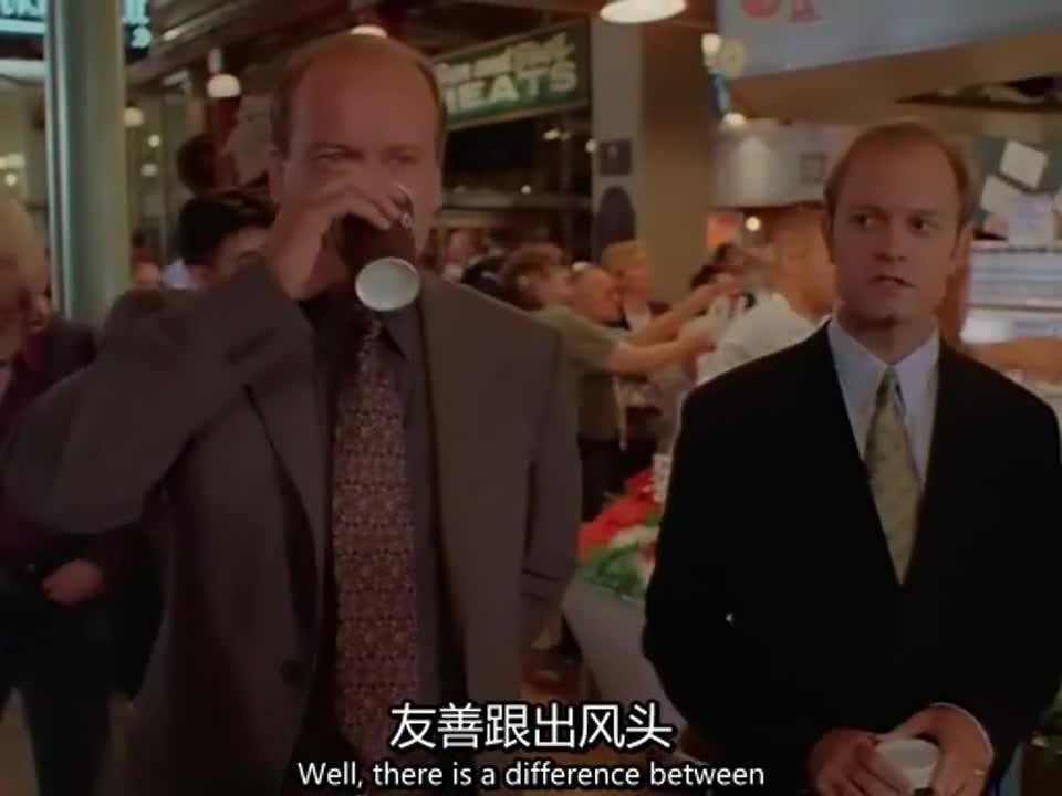 大街上的两人,一个大男人竟然被一条鱼吓了一跳,太丢人了