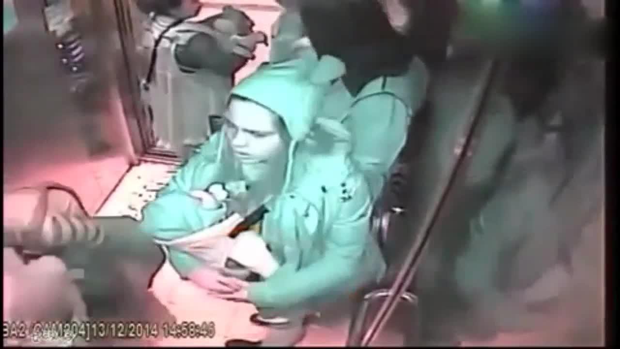 女子抱着新生儿挤电梯,别人都让着她,监控却拍下她缺德的一幕!