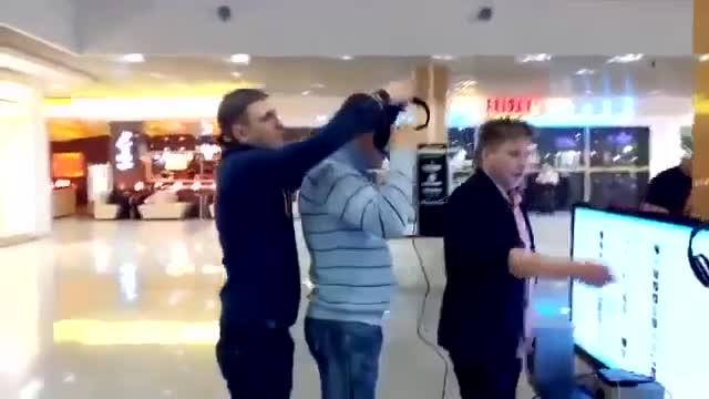 玩VR过山车 千万不要在背后推人哦!不然场面不受控制