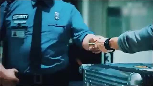 国外一男子过安检,当箱子被要求打开的一瞬间所有人被吓到失语!
