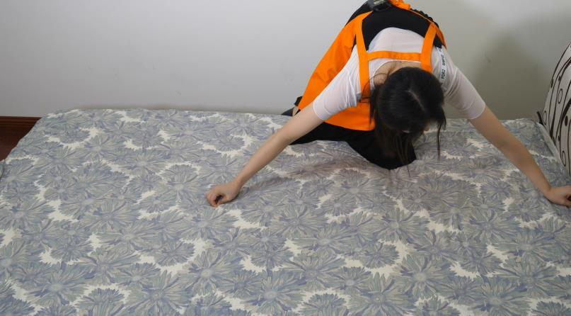 #快速叠床单方法#叠床单的时候,她做了这样一个小动作,没想到可以有这么棒的效果