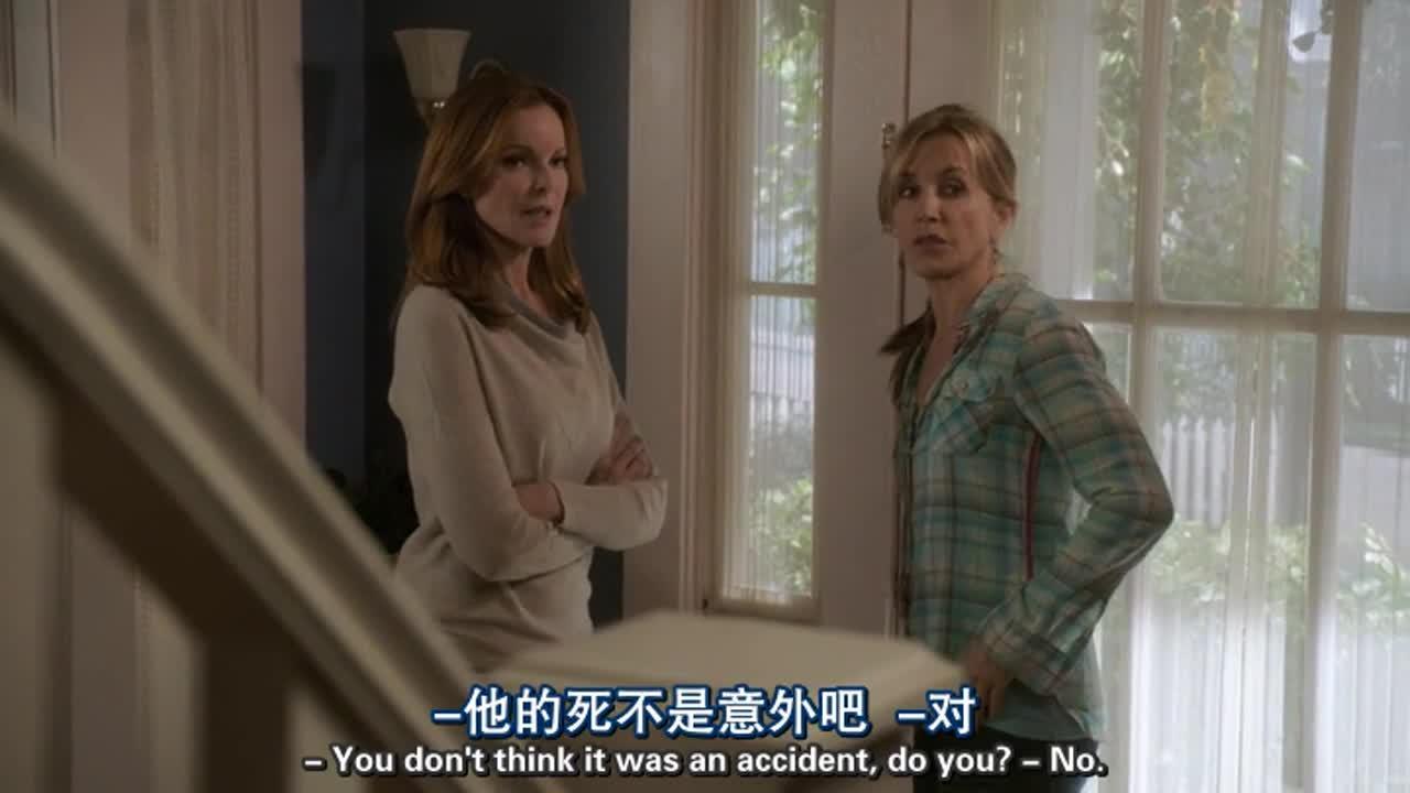 两女子在谈论事情,试图找出写恐吓信的人,最终无果