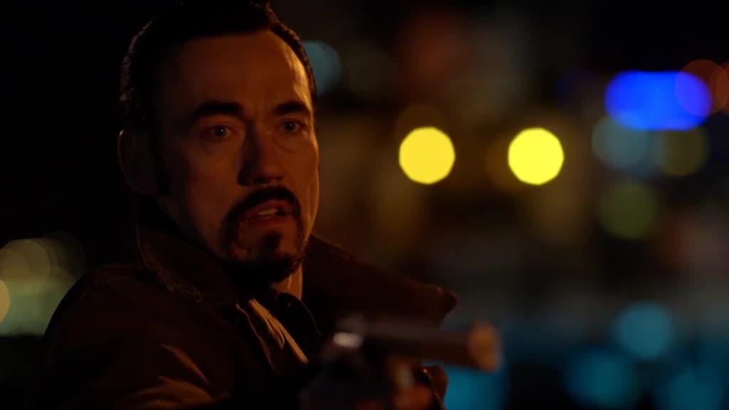 教授和大汉刚刚逃出升天,没想到又被枪威胁,还好双方达成了共识
