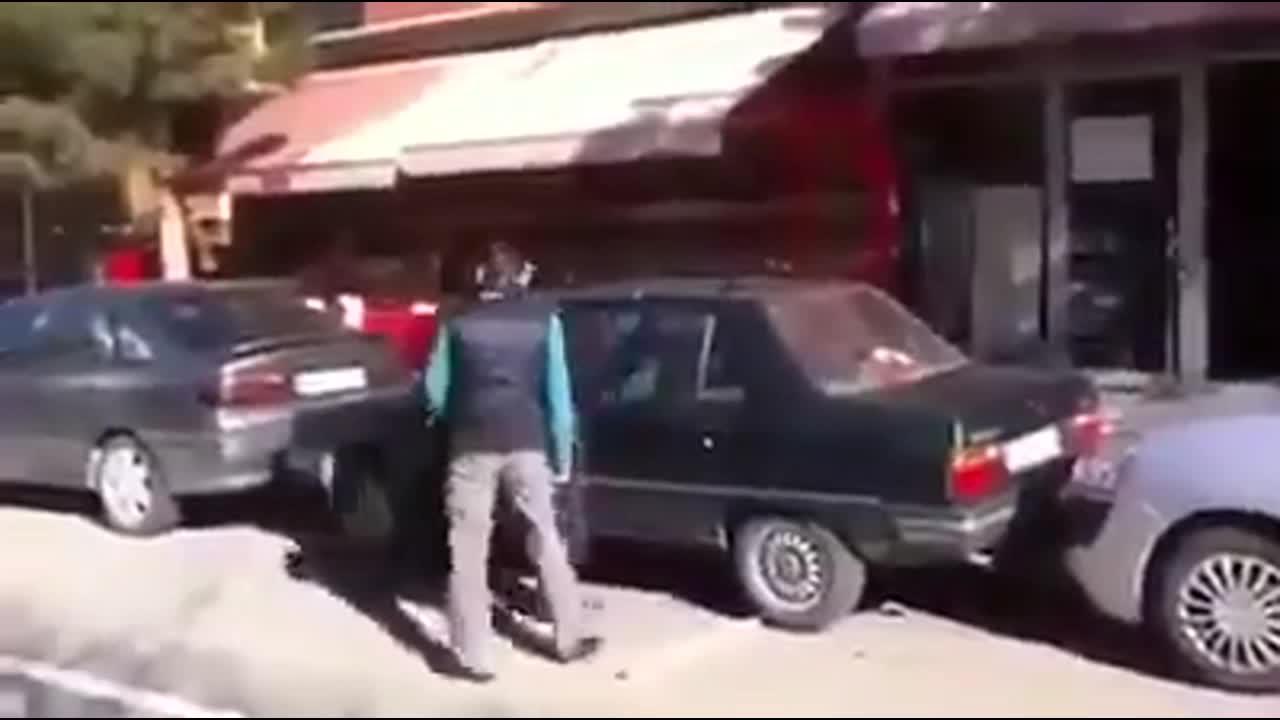 当他把车挪出来的时候你笑没有