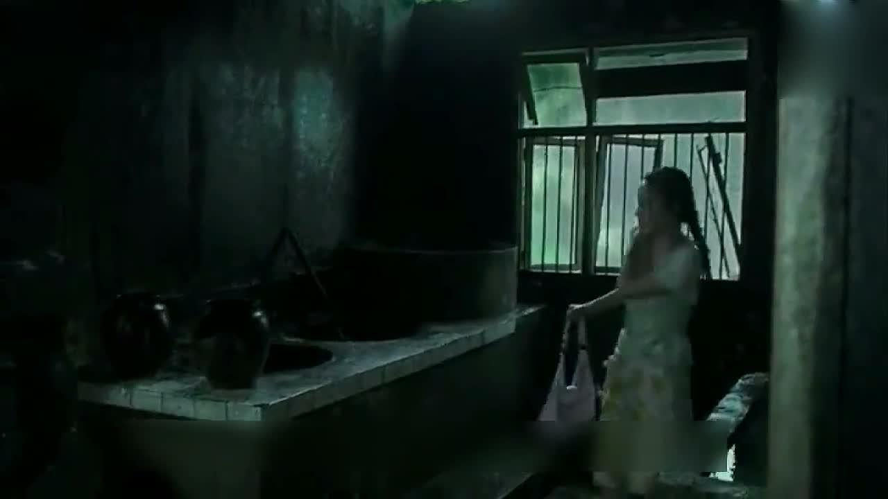 小姑娘和几个男的在破屋避雨,但她很快后悔了