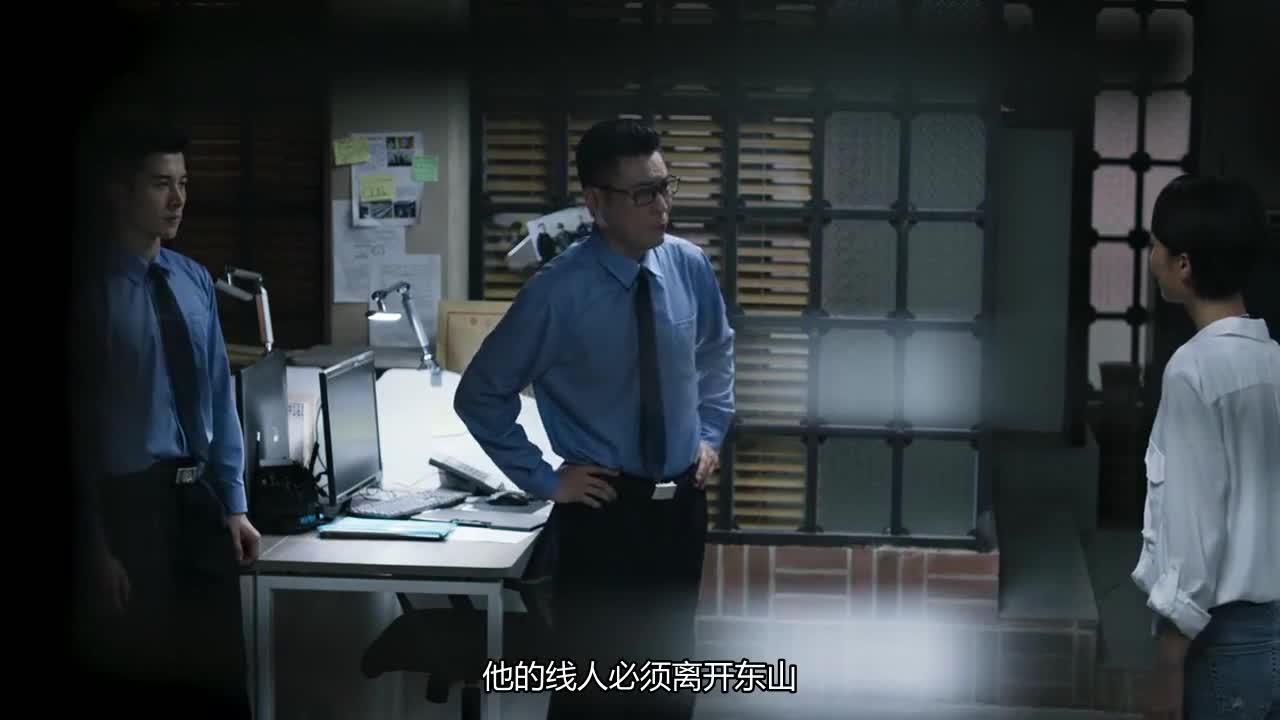 #经典看电影#《破冰行动》宋杨直接在李飞腿上写下表白的句子,陈珂就这样心动