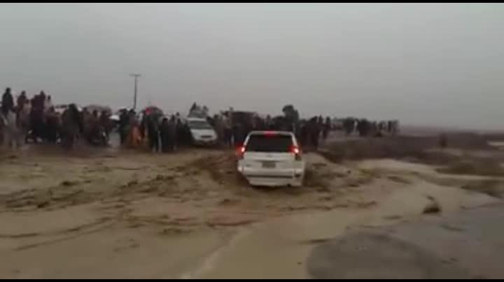 小轿车被洪水冲到决堤口,来不及开车逃生直接被洪水淹没