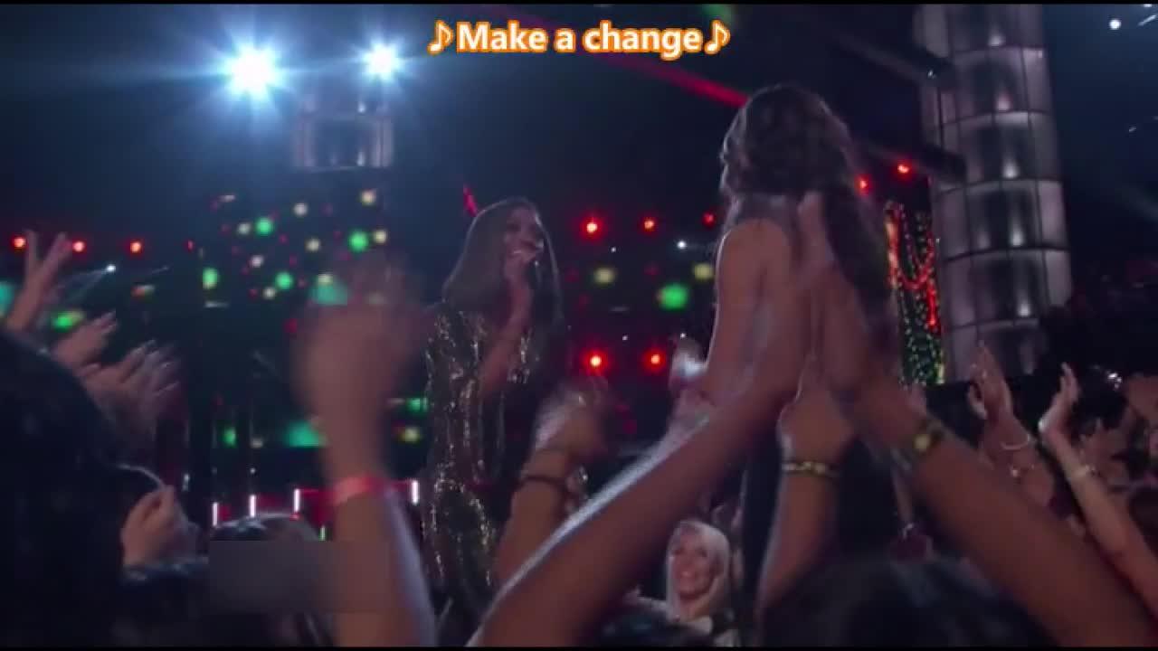 选手合作表演时间,两位铁肺女唱将激情演唱了凯莉克莱森的名曲