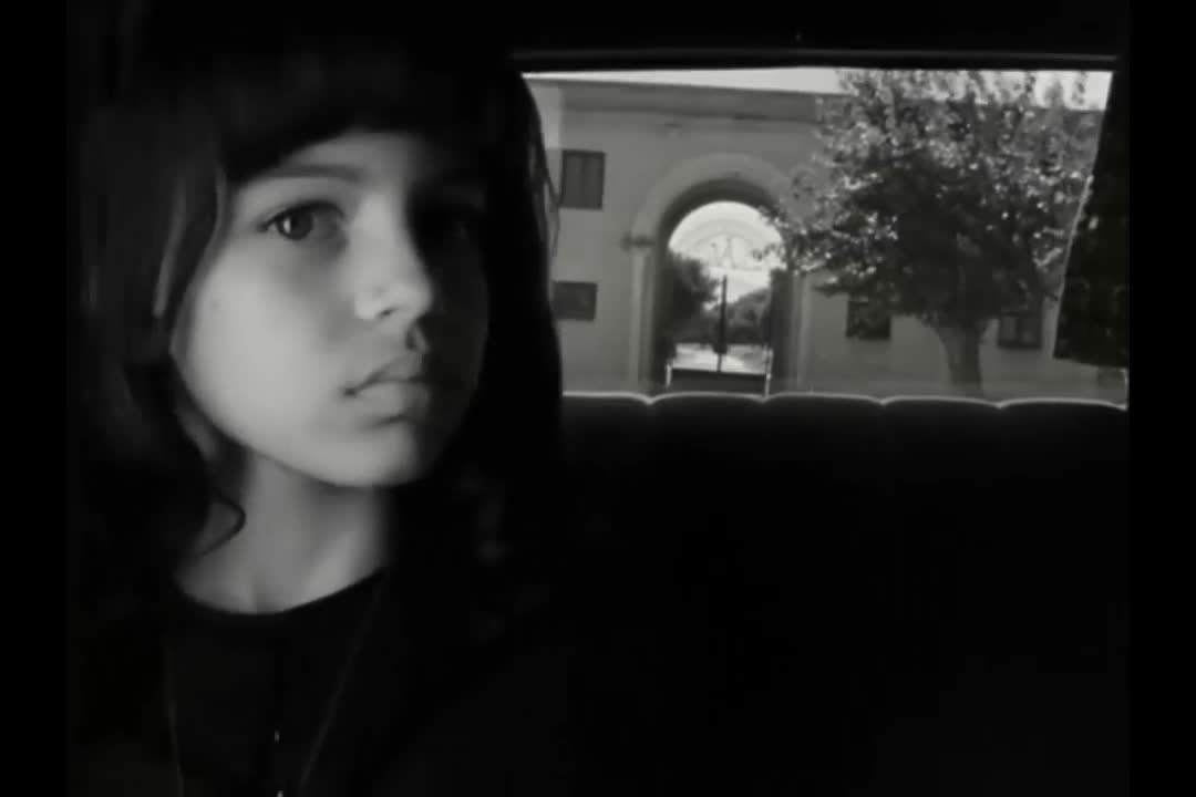 父母都不幸身亡,警察开车护送女孩,让她去修道院生活