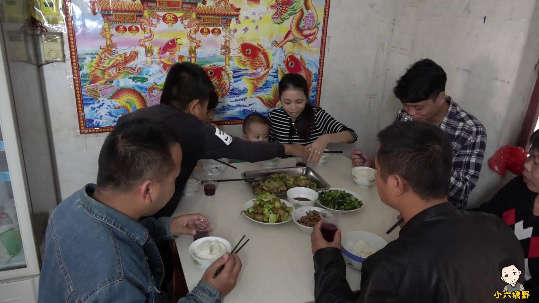 小六精心烹制的西芹炒鸭胗,配上自酿的葡萄美酒,与六嫂一醉方休