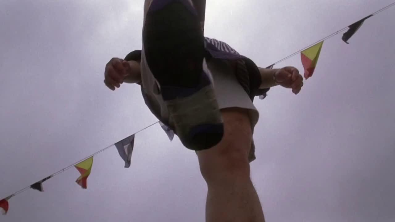 #电影片段#壮汉踩了孟波的面包,被打得晕倒在地,可怜
