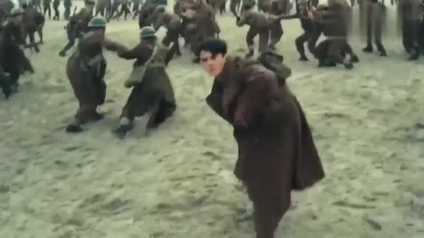 士兵们都集中在沙滩上,突然出现敌军轰炸机进行轰炸,十分惨烈