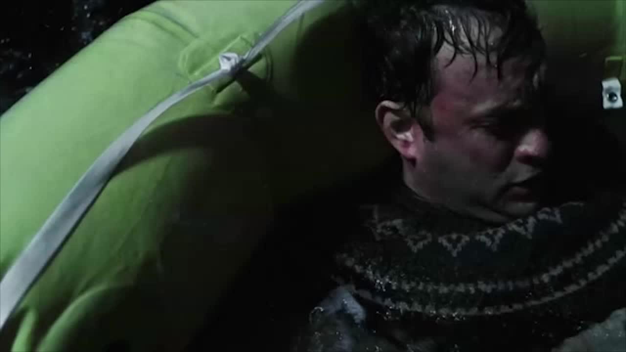 一艘笑救生艇,男子在海上漂了半天,终于又了个岛