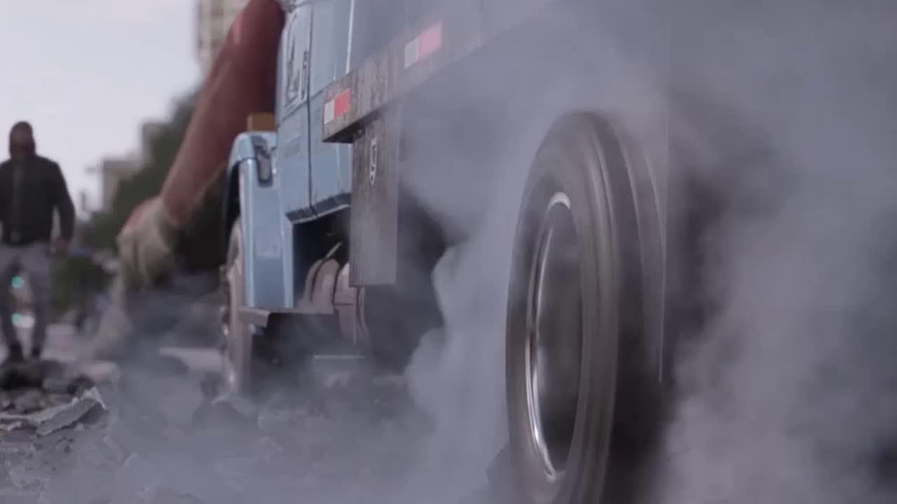 #电影片段#蚁人抓了个卡车当成了滑板来使用,路上的行人纷纷过来拍照