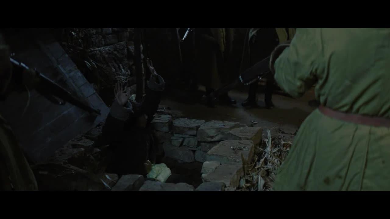 士兵们来搜查,居然在大娘院子里查出了这个,可帮了大忙