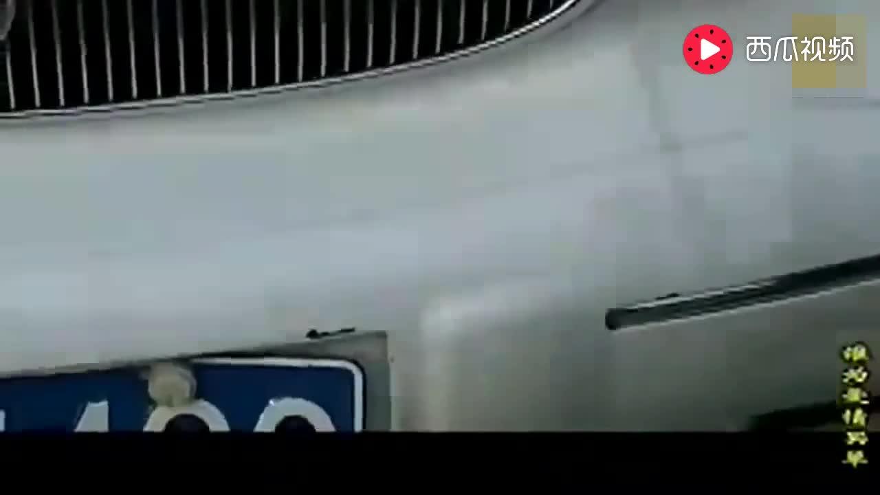 小孩不小心刮花路边的车,被车主扇耳光,一个耳光50万