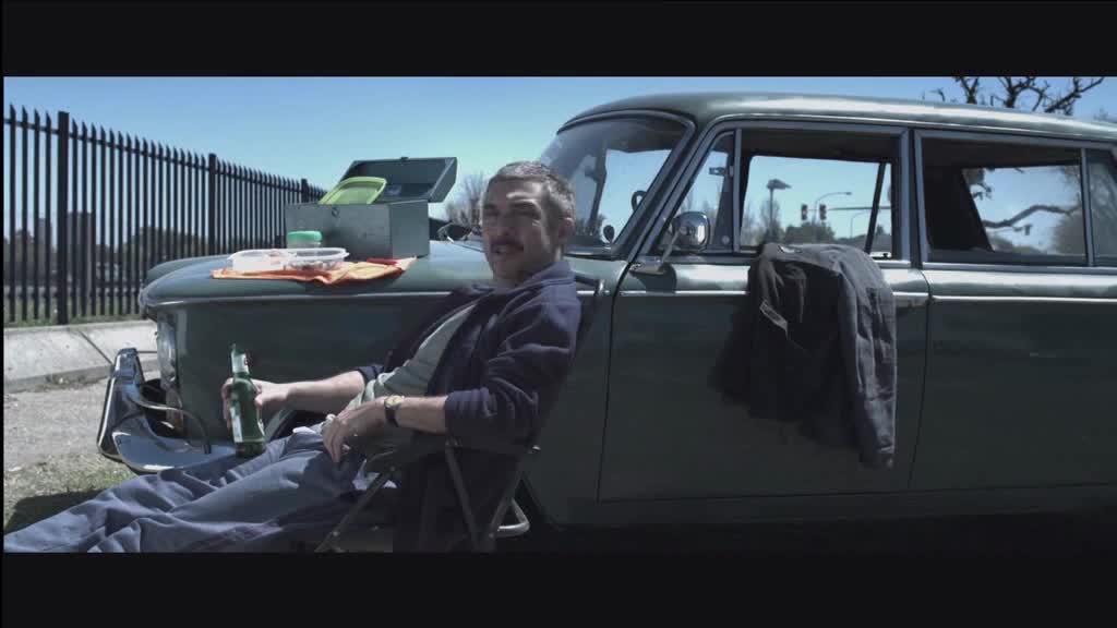 男人坐在路边,突然一个人从出租车上滚落下来,原来是这样