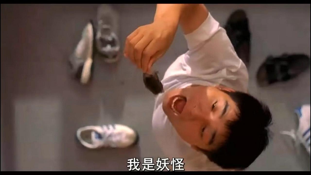 #经典看电影#玩着老鼠,一个抱着充气娃娃的人推门,结果老鼠掉到嘴里去了