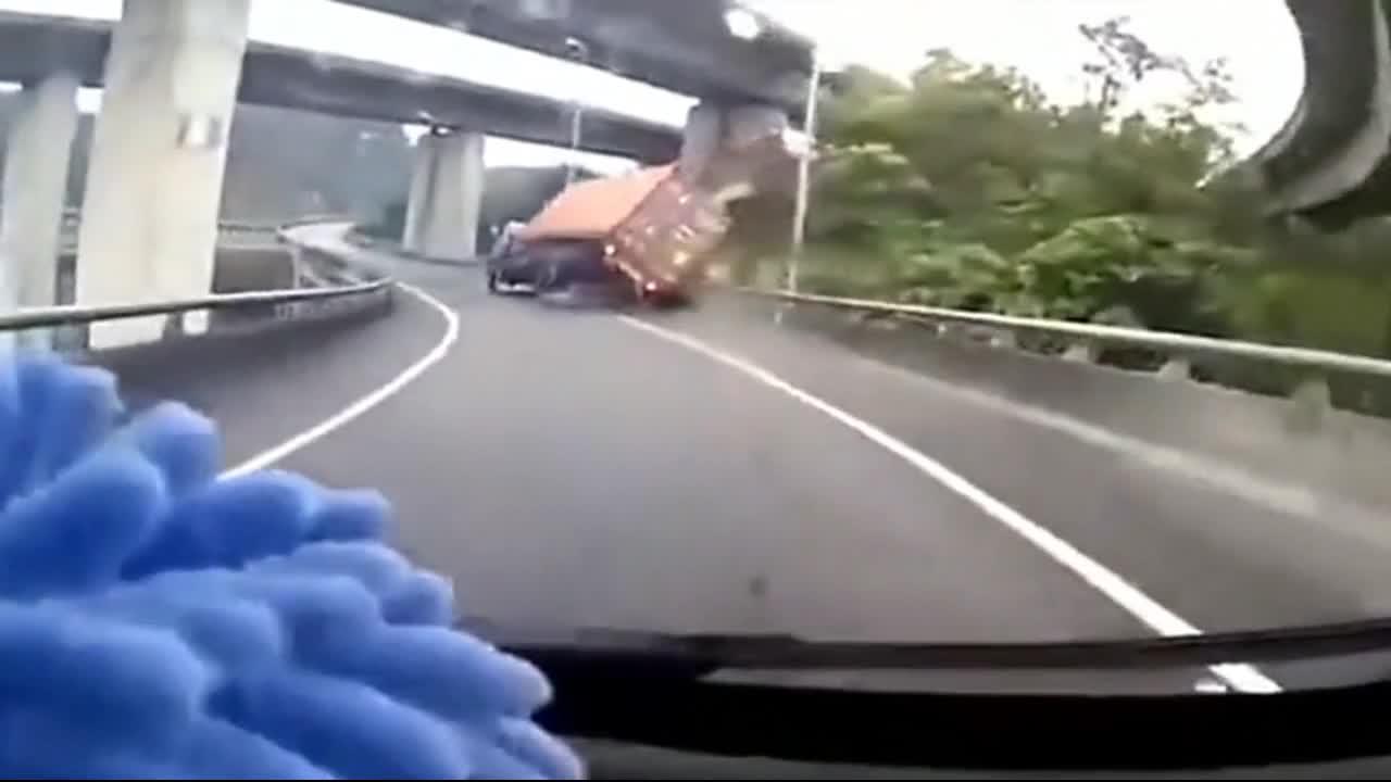 弯道不减速这就是下场,5秒后画面不是一般的惨!