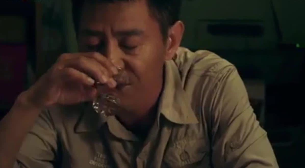 #这个视频666#郭晓峰《弥天之谎》:杜闻被假儿子灌醉了,假儿子有了小动作