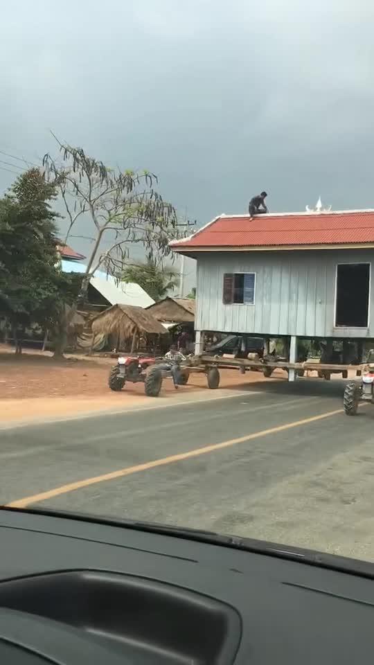 #真正的房车#这才是真正的房车,四台拖拉机驱动,太拉风了!