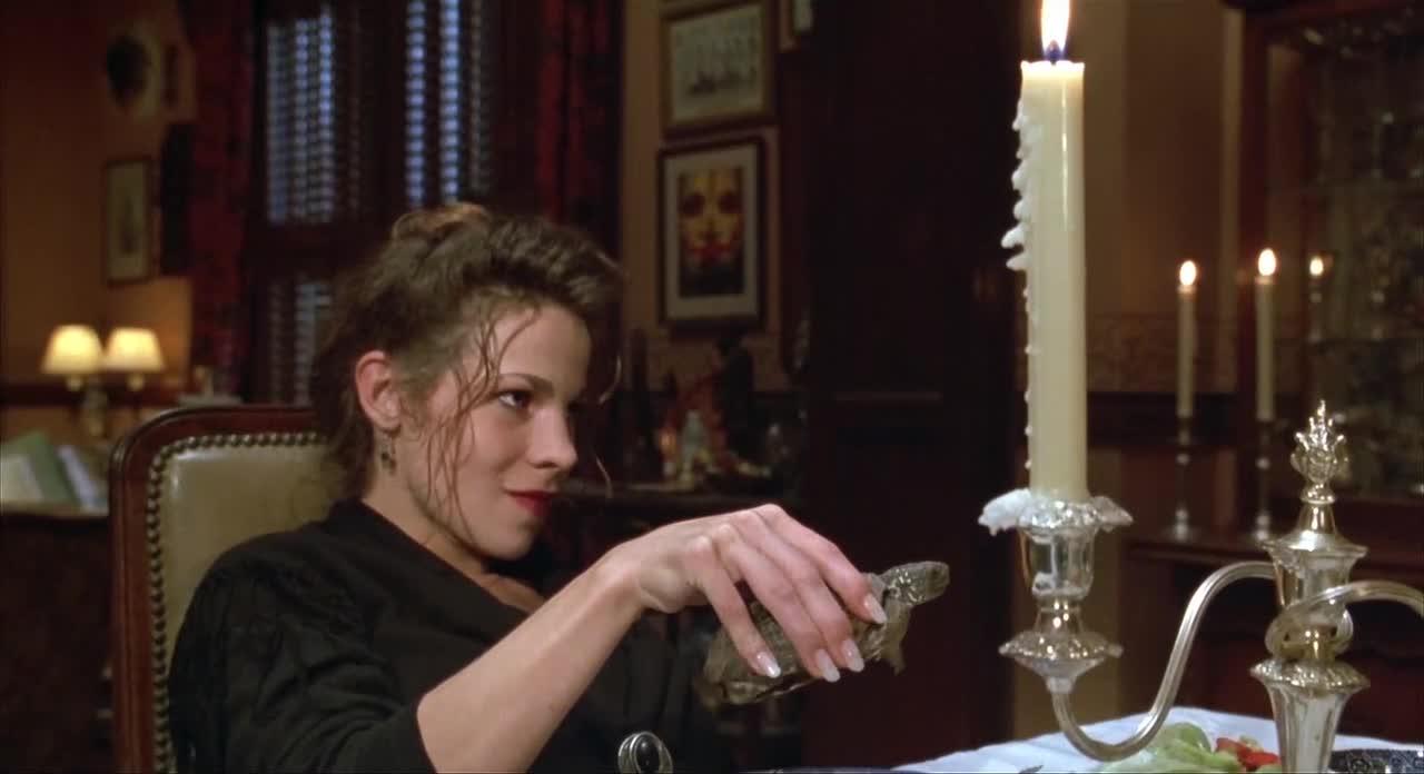美女直接在餐桌底下挑逗小伙,小伙尴尬到脸红,太羞涩了