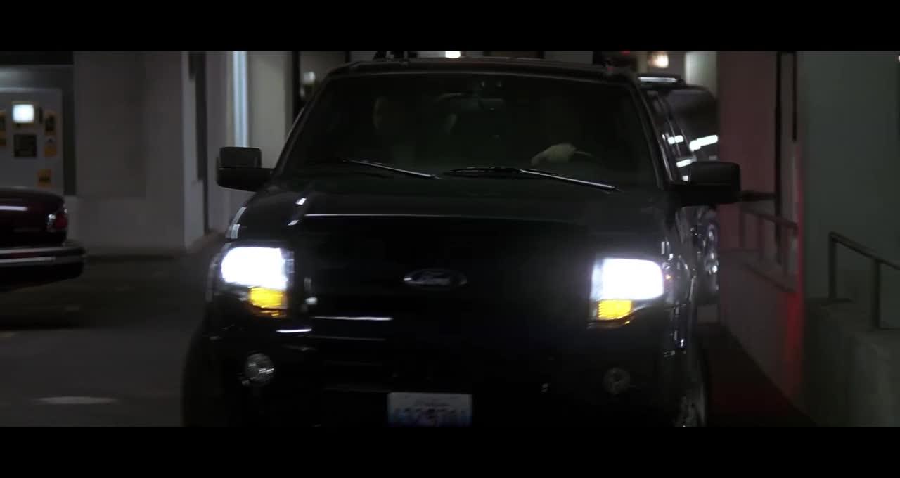 毒贩们正在交易,蝙蝠侠直接开战车就来了,太酷了