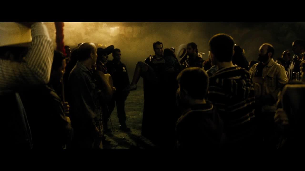 《蝙蝠侠大战超人:正义黎明》人类讨论超人的救人方式