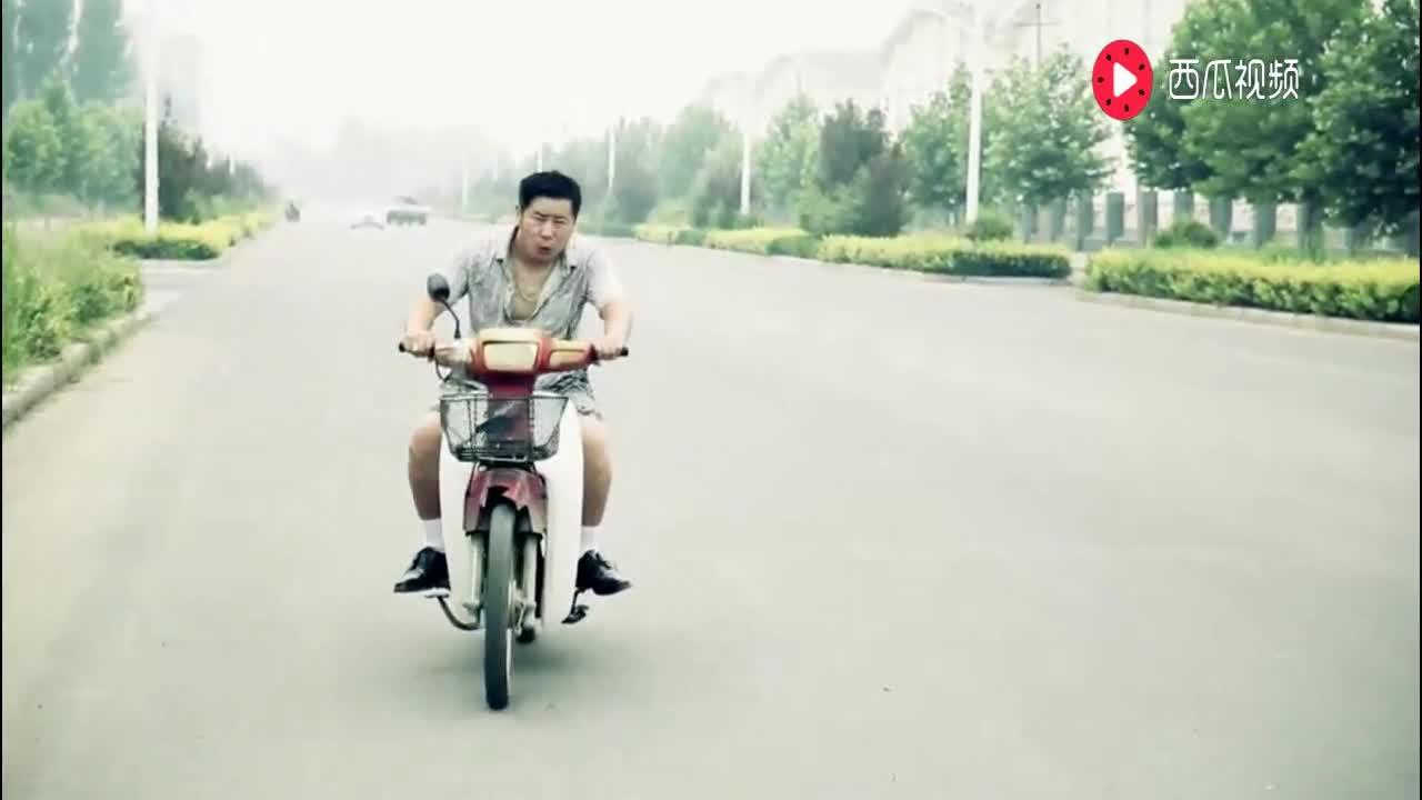 农民酒后骑摩托车,被交警拦住后要驾驶照,谁知农民拿出来了这个