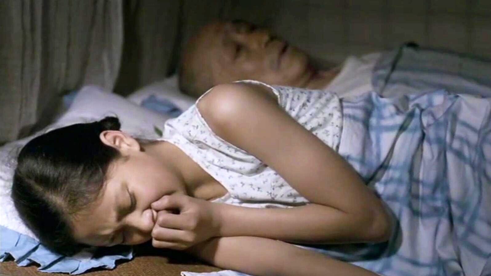 #电影迷的修养#女孩从小被爷爷带大,每晚和爷爷睡在一起,却时常背过身偷偷哭泣