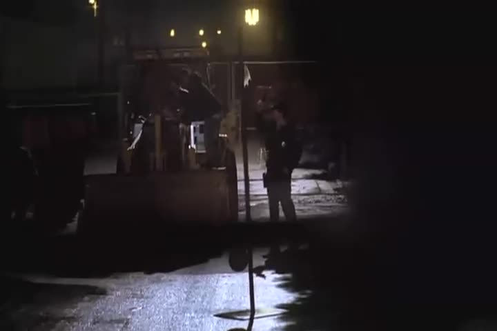 一群男子在第五区破坏,突然一个声音传来,他们楞了!
