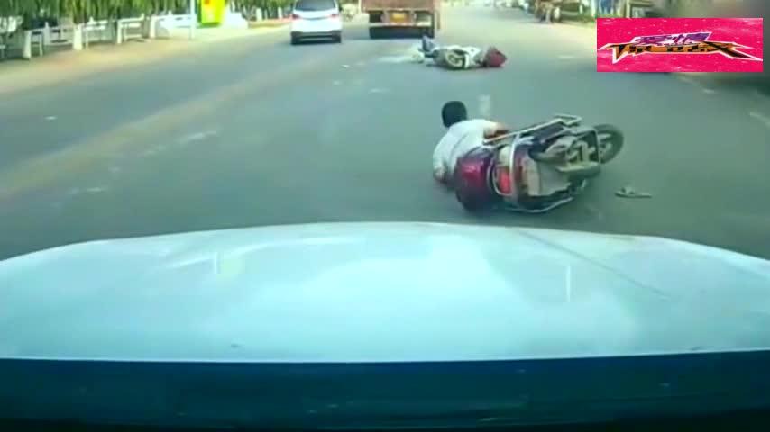 #车祸#3辆电动车并排行驶,3秒后无一幸免,监控拍下作死的10秒!