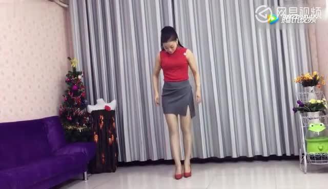 美女在家跳《歌在飞》太漂亮了